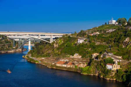 Photo pour View of the Duoro River in a beautiful early spring day at Porto City in Portugal - image libre de droit
