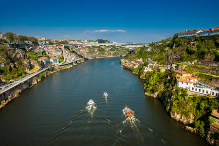 Photo pour Boats sailing on the Douro River in a beautiful early spring day - image libre de droit