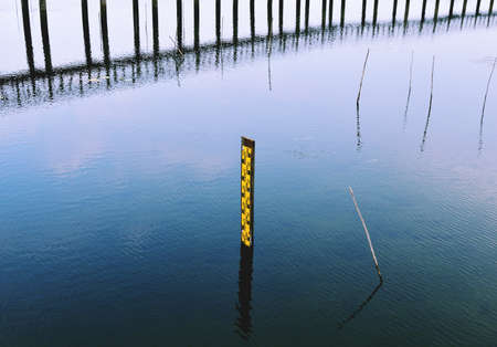 Photo pour Water level gauge or Staff Gauge on blue water in the wetland - image libre de droit