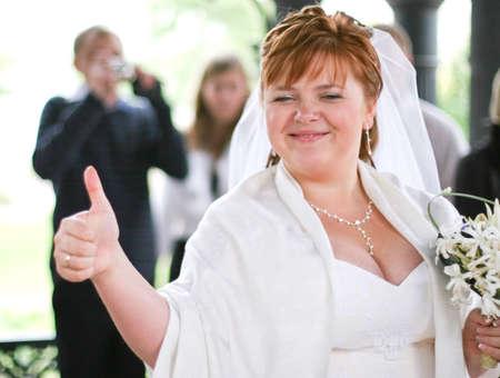 Photo pour smiling plump bride with thumb up - image libre de droit
