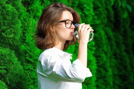 Photo pour Young woman drinks water - image libre de droit