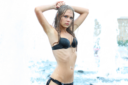 Photo pour Attractive sexy smiling girl bathing in city fountain, summer outdoors - image libre de droit
