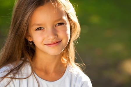 Foto de Portrait of a beautiful young brunette little girl, summer outdoors - Imagen libre de derechos