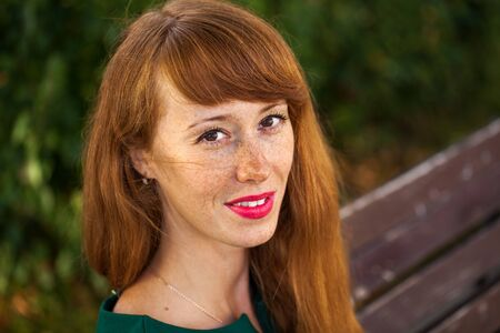 Photo pour Portrait of a young red-haired woman with freckles. - image libre de droit