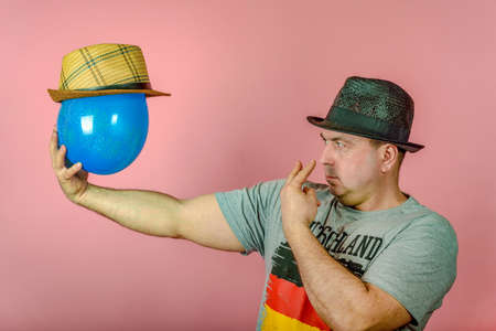 Foto de A man is friends with a blue balloon, an imaginary friend, the concept of virtual friendship on the network and social networks. - Imagen libre de derechos