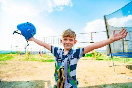 Photo pour Joyful boy in extreme park celebrates a victory over himself. - image libre de droit