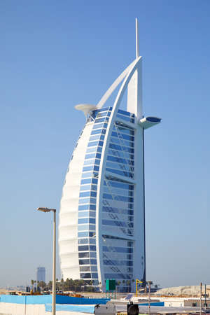 Photo pour DUBAI, UNITED ARAB EMIRATES - NOVEMBER 22, 2019: Burj Al Arab luxury hotel in a sunny day, blue sky in Dubai - image libre de droit