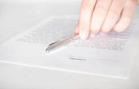 Photo pour Businessman hold a pen on the contract. Contract signing, Business concept - image libre de droit