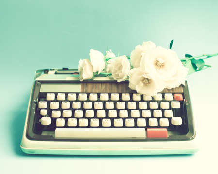 Photo pour Vintage typewriter and roses - image libre de droit