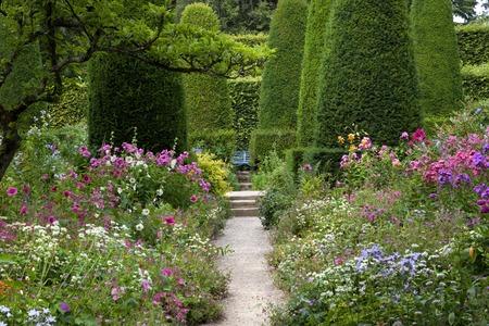 Photo pour Pretty cottage garden, Gloucestershire, England. - image libre de droit