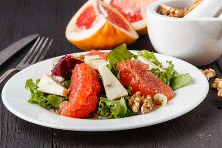 Photo pour salad with grapefruit and blue cheese - image libre de droit