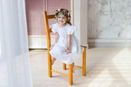 Photo pour Portrait of little fashion kid girl - image libre de droit