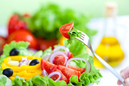 Photo pour healthy fresh vegetable salad and fork - image libre de droit