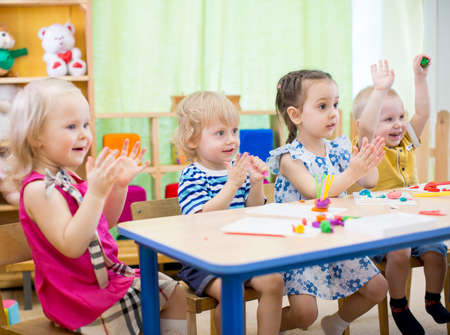 Photo pour kids group learning arts and crafts in day care centre or kindergarten - image libre de droit