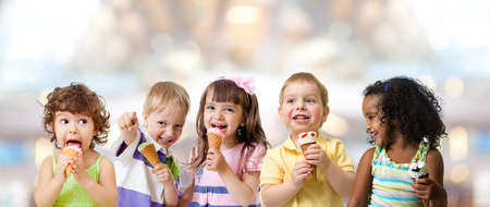 Photo pour kids group eating ice cream at a party in cafe - image libre de droit