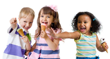 Photo pour kids group eating ice cream isolated - image libre de droit
