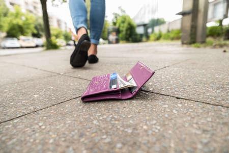 Photo pour Woman Walking After Losing His Wallet On Street - image libre de droit