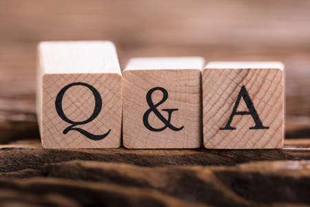 Photo pour Close-up Of Black Q&A Text On Wooden Block - image libre de droit