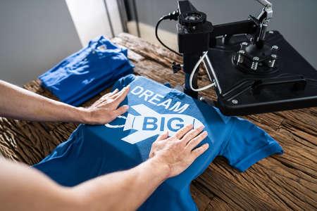 Photo pour Man Printing On T Shirt In Workshop - image libre de droit