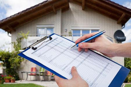 Photo pour Real Estate Home Property Inspecting And Appraisal By Appraiser - image libre de droit