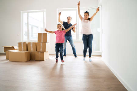 Foto für Couple Bying Home And Moving Into New House - Lizenzfreies Bild