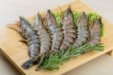 Photo pour Raw tiger shrimps on the wood board - image libre de droit