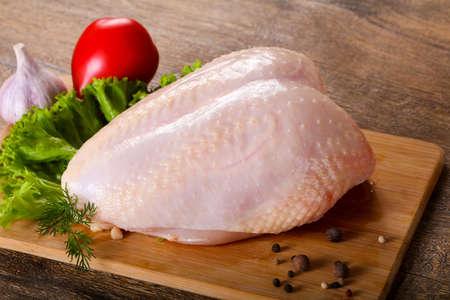 Foto de Raw chicken breast with skin - Imagen libre de derechos