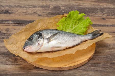 Photo pour Raw Dorada fish ready for cooking - image libre de droit