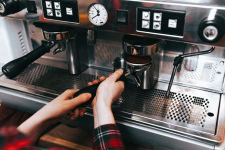 Photo pour Barista makes aromatic coffee. Process of making latte coffee on a coffee machine in a cafe - image libre de droit
