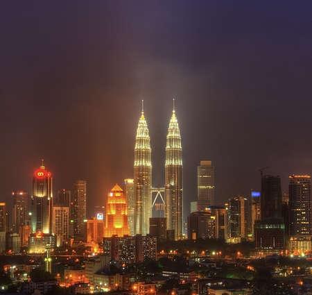 Photo pour Night View of Kuala Lumpur, Malaysia  Petronas Twin Tower and other skyscraper located around Kuala Lumpur City - image libre de droit