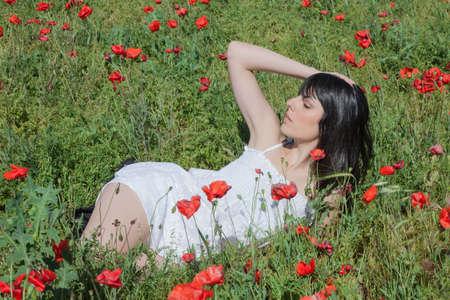 Chica Joven Que Miente En El Campo En Un campo de maíz, Entre amapolas