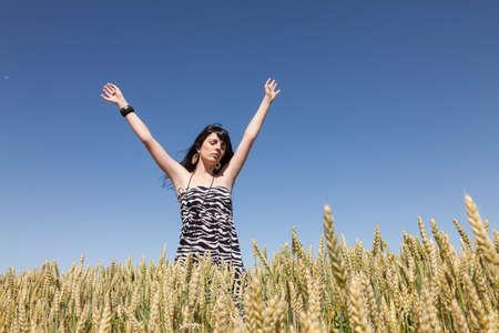 Niña En Un campo de maíz Levanto los Brazos