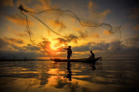 Photo pour Fisherman of Bangpra Lake in action when fishing, Thailand - image libre de droit