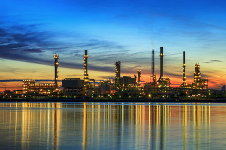Photo pour petrochemical plant in night time with reflection over the river - image libre de droit
