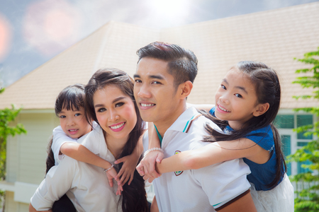 Foto de Asian family stand togather with famther, mother and Daughter on home terace, Asia family and out door concept - Imagen libre de derechos