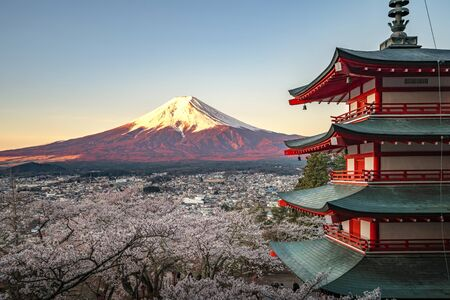 Photo pour Red pagoda and red Fuji in morning time, Fujiyoshida, Japan Beautiful view of mountain Fuji and Chureito pagoda at sunset, japan in the spring with cherry blossoms - image libre de droit