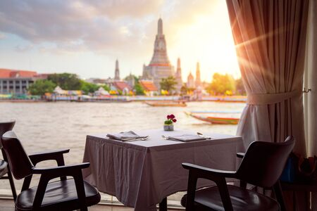 Photo pour Wat Arun temple, view point from the river side bar in Bangkok, Thailand, this image can use for Travel, restaurant and romantic concept - image libre de droit