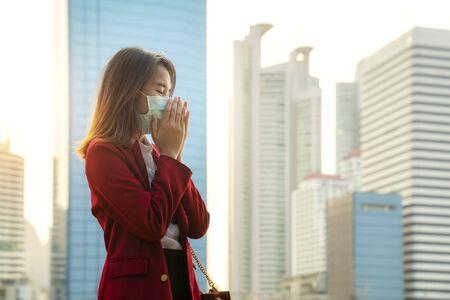 Foto de Asian girl use a protection mask for prevent PM 2.5 and corona viruus or covic 19 in bangkok city - Imagen libre de derechos