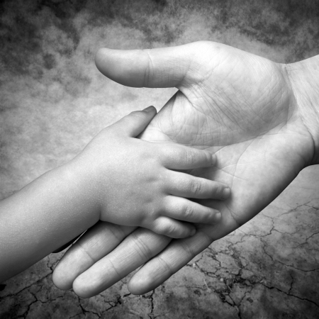 Photo pour hand holds the hand of his father s son - image libre de droit