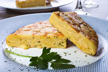 Foto de Spanish omelette with potatoes and onion, typical Spanish cuisine / Tortilla espanola - Imagen libre de derechos
