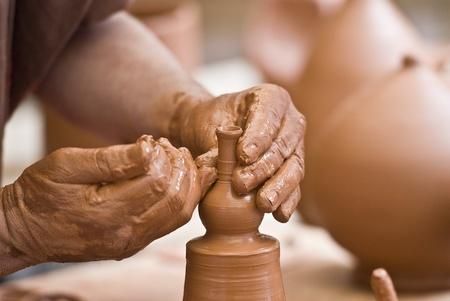 Photo pour Potter working with clay. - image libre de droit