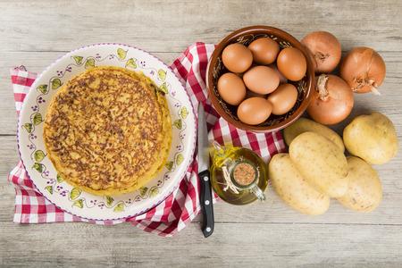 Foto de Typical Spanish omelette made with potatoes - Imagen libre de derechos