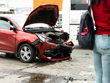 Photo pour Pedestrians stand and look at the consequences of a car accident - image libre de droit