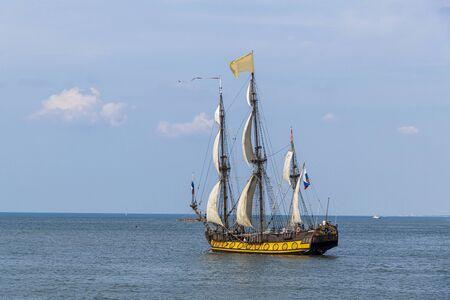 Photo pour Antique tall ship, vessel leaving the harbor of The Hague, Scheveningen under a sunny and blue sky - image libre de droit