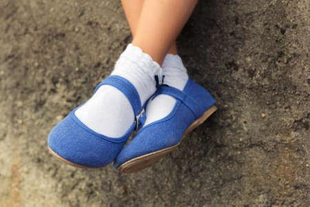 Photo pour Close up of blue denim ballerinas  on the  feet of a child - image libre de droit