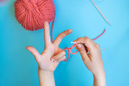 Step-by-step instructions for children how to crochet a bracelet from yarn