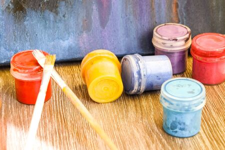 Foto de Watercolor paints, brushes on old wooden table, Watercolors Paint, Gouache, Brushes, The concept of the creative workshop of the artist - Imagen libre de derechos