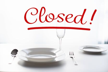 Photo pour table setting in a restaurant. The word Closed - as a concept for closing restaurants - image libre de droit