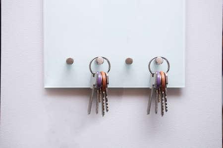 Photo pour Keys hanging on modern open key box for storage keys on white wall - image libre de droit