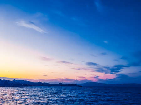 Photo pour Summer vacation, mobile photography and coastal night concept - Sunset on the coast, beautiful sea view background - image libre de droit